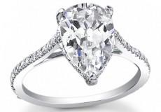 二度目の結婚では、インパクトのある大人っぽいペアシェイプダイヤにしました。