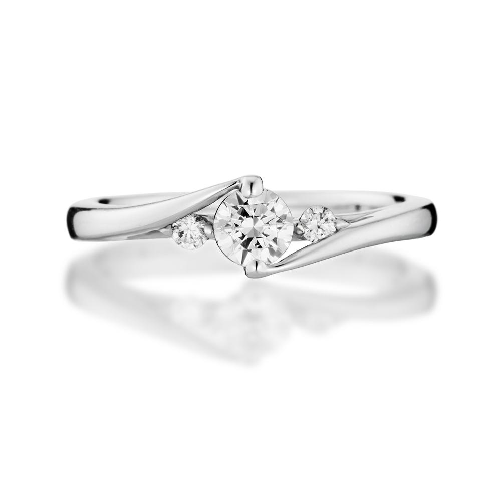 ウェーブのアームと爪が一体となってダイヤを包み込む立体フォルムのリング